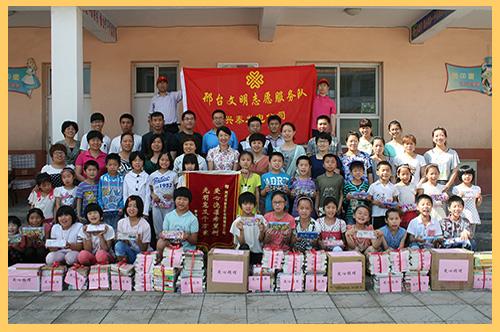 2014年6月7日,兴泰发电公司青年志愿者赴平乡镇中心小学开展献爱心活动,为他们送去500余本爱心书籍.jpg